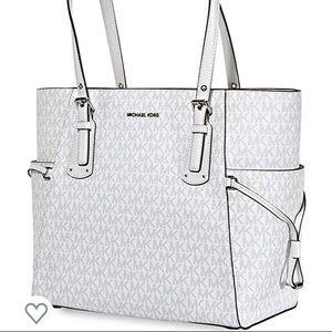 Women's Micheal Kors, bag.
